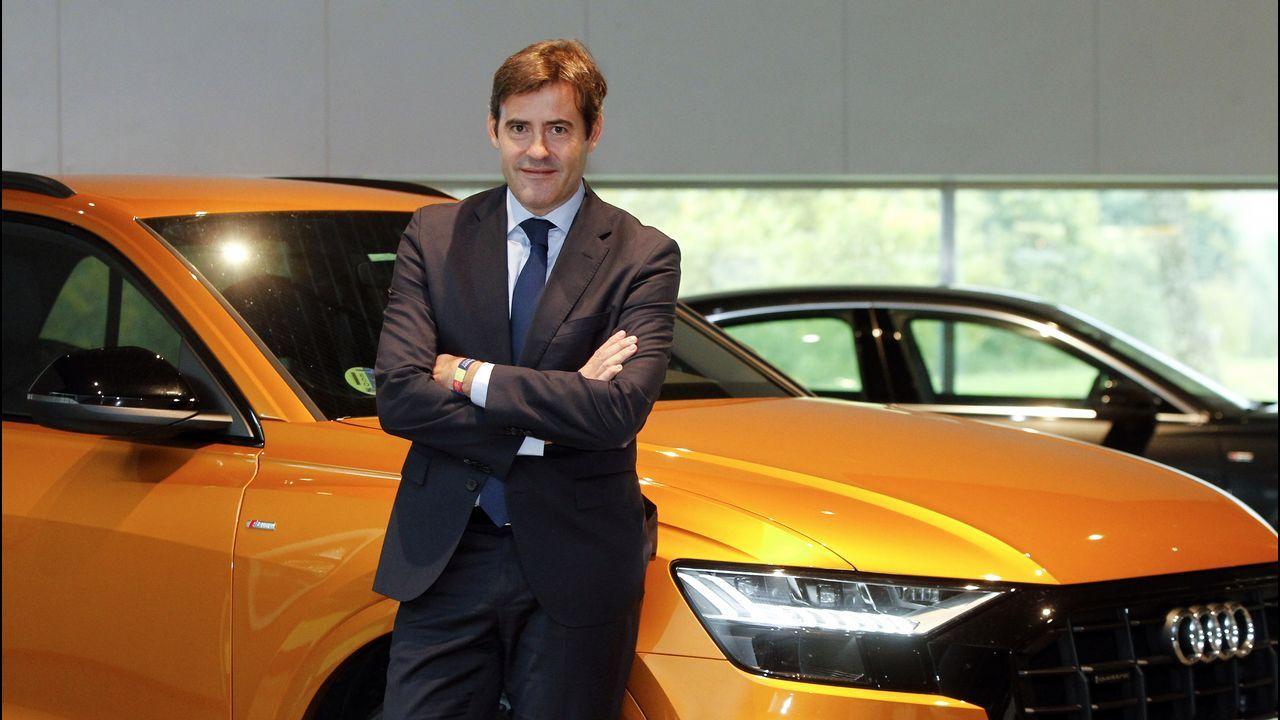 José Miguel Aparicio, apoyado en el nuevo Audi Q8 ayer en Santiago.