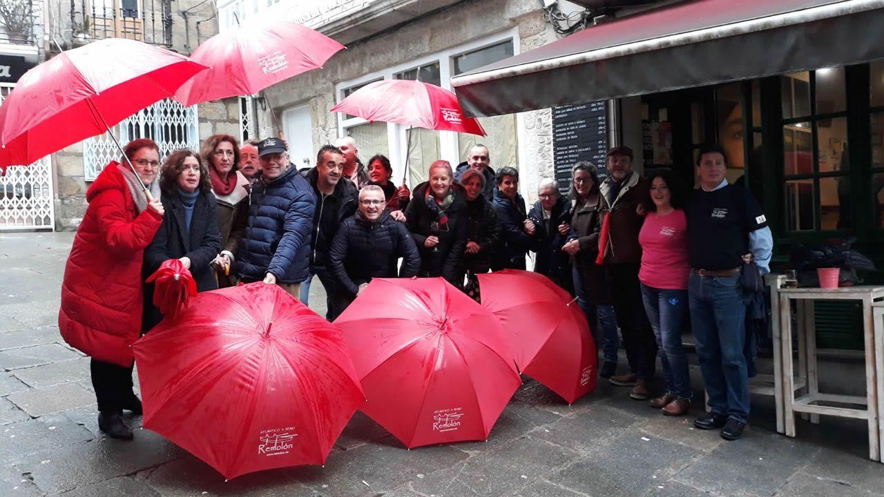 Amigos de Jorge Pena celebran su llegada a Antigua con paraguas del Equipo Remolón.Amigos de Jorge Pena celebran su llegada a Antigua con paraguas del Equipo Remolón
