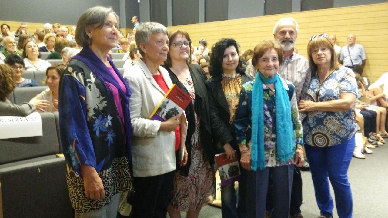 Maricuela, en el centro con bufanda azul, rodeada de las autoras y el resto de protagonistas.