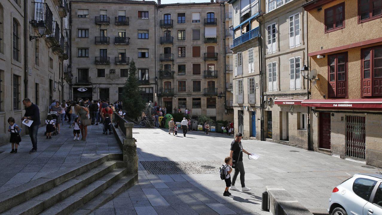 Conde Corbal posa en la tienda de Adolfo Domínguez en Ourense, donde su imagen dejó huella