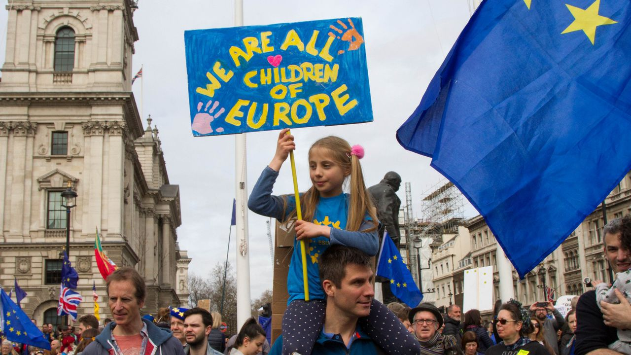 Miles de británicos salen a la calle para exigir que Reino Unido se quede en la UE.Julian Barnes, retratado en Santiago en el año 2015, cuando acudió a recoger el premio San Clemente