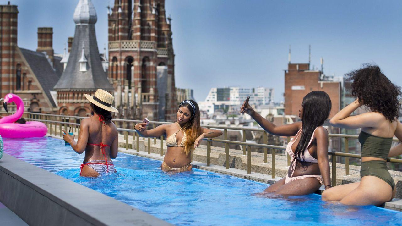 Un grupo de chicas se refrescan en una terraza en Ámsterdam, donde llegaron a los 35 grados.