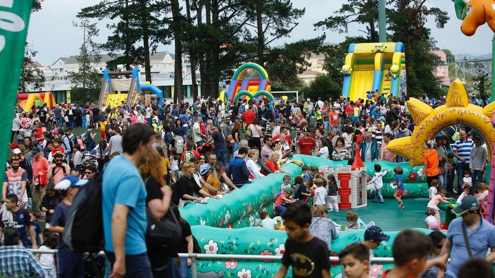 .Os inchables foron os grandes acaparadores de público na vixésimo primeira festa de fin de curso de Voz Natura, que reuniu no parque de Acea de Ama (O Burgo, A Coruña) a milleiros de nenos