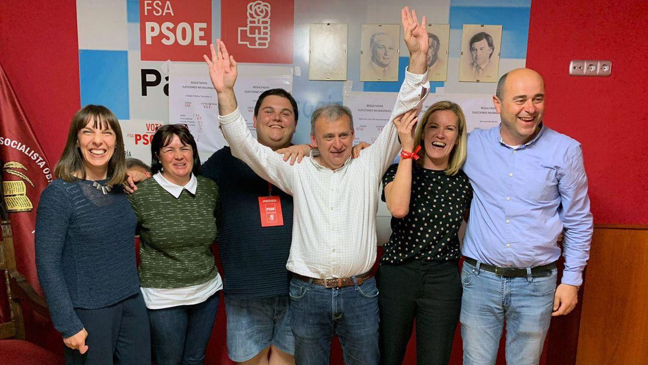 Emilio García Longo, enel centro, celebra los resultados electorales