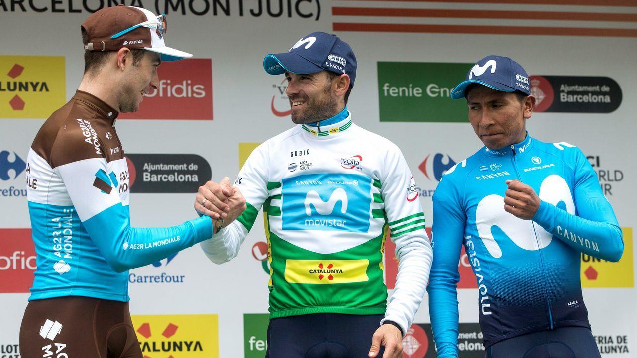 Fotografía de archivo del 11 de febrero de 2018 del ciclista colombiano del equipo Sky, Egan Bernal (c), celebra luego de coronarse campeón de la carrera Colombia Oro y Paz junto a los ganadores del segundo y el tercer puesto Nairo Quintana de Movistar (i) y Rigoberto Urán