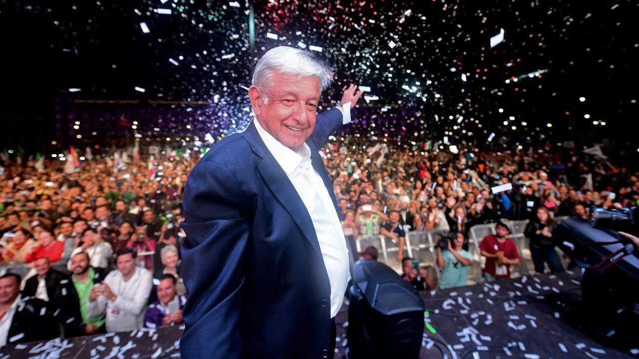 Los últimos tunos de Compostela.López Obrador junto a su mujer