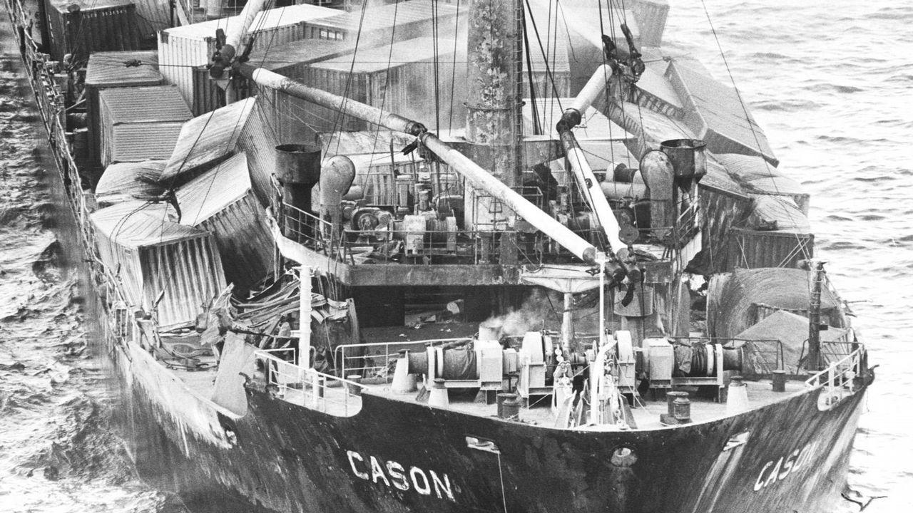 Los bidones se desparraman por la cubierta del Casón, embarrancado frente a la costa de Fisterra