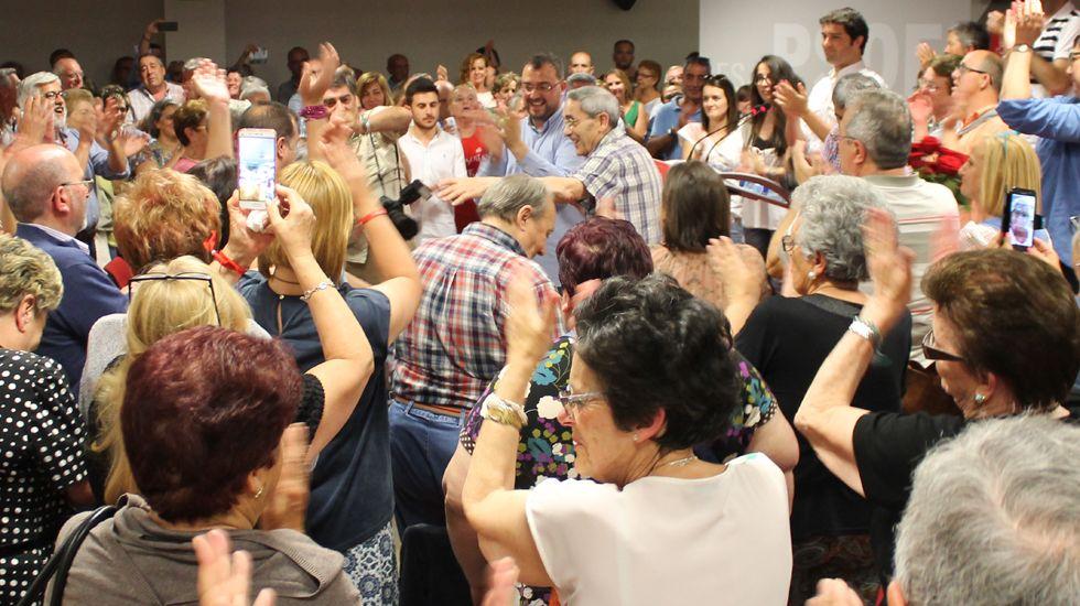 Los equipos de Adrián Barbón y José María Pérez presentan los avales en la FSA.Adrián Barbón, en el centro de la imagen, rodeado de militantes en la Casa del Pueblo de Gijón