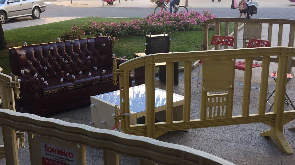 Una de las propuestas está instalada en la praza do Concello, todavía tapada por las vallas