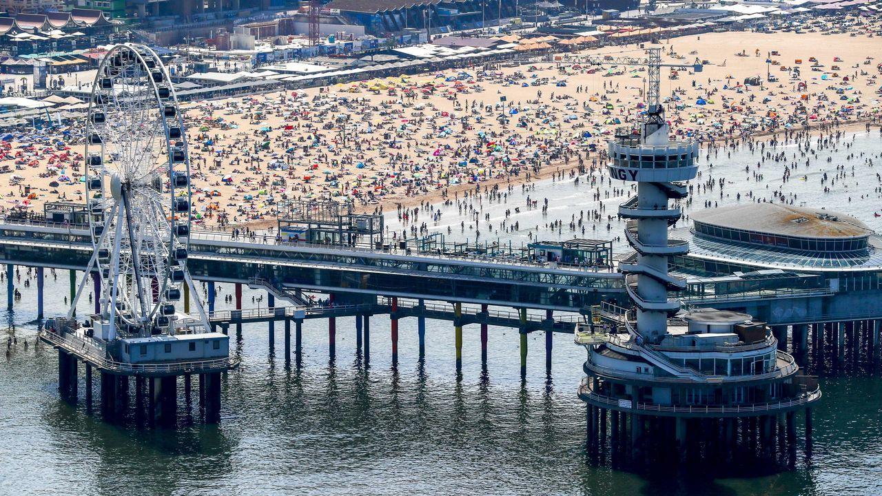 Cientos de personas se bañan en la playa holandesa de Scheveningen en plena ola de calor