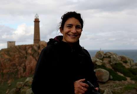 Olga Osorio, ayer, en el faro de Camariñas, preparando todos los detalles para la grabación.