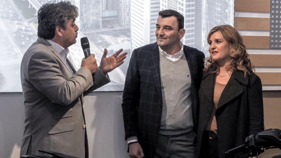 .El presidente de Yamaha en España, Víctor González, junto al gerente y fundador de Manell Motor, José Manuel Botana, y su esposa Chus