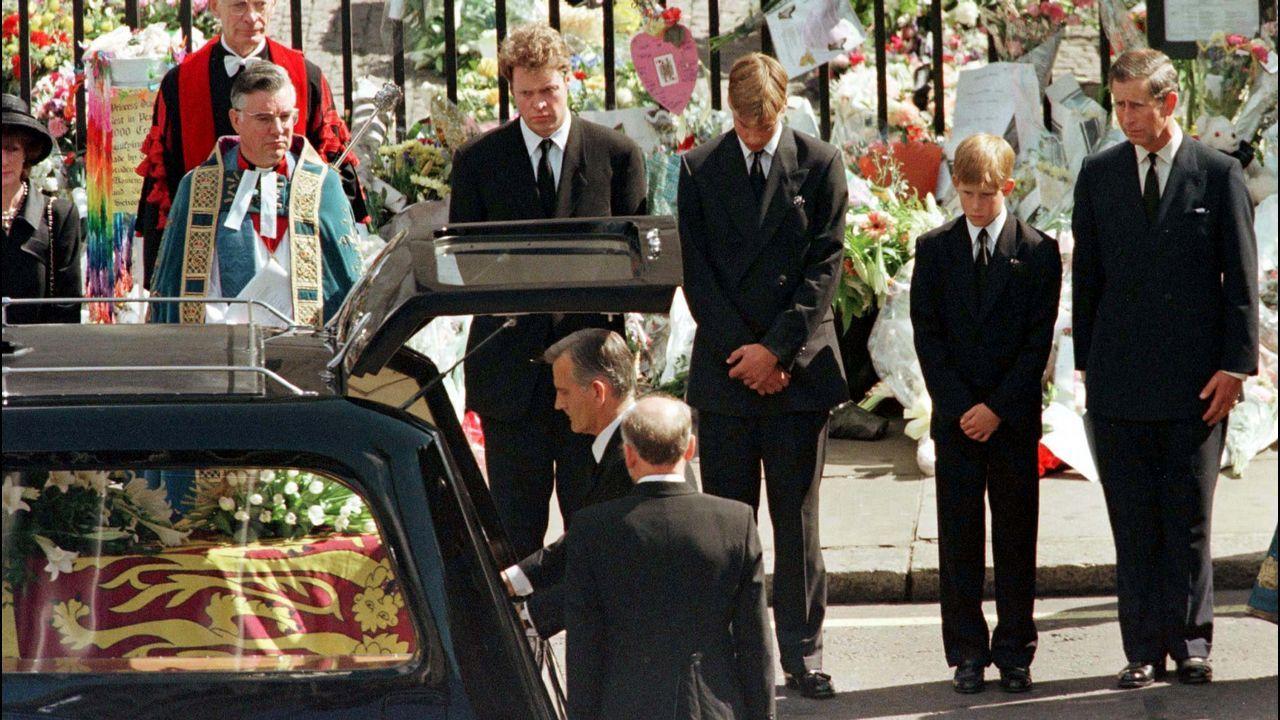 Los príncipes Guillermo y Enrique, junto a su padre el príncipe Carlos, durante el funeral de Diana de Gales.