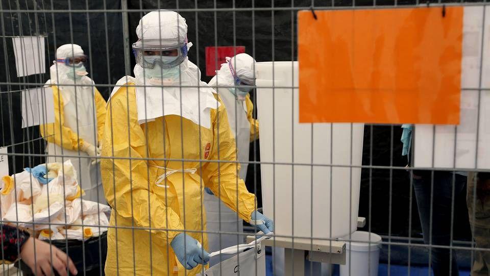 Voluntarios de Médicos sin Frontreras, recibiendo un curso sobre cuidados a pacientes con ébola.