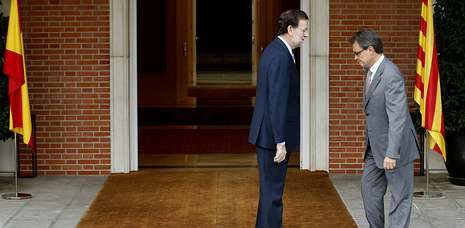 El anuncio electoral de Artur Mas en Cataluña.Rajoy recibió con frialdad a Mas, tanto que ni bajó las escaleras a saludarle, y este se fue a su delegación a hablar con la prensa.