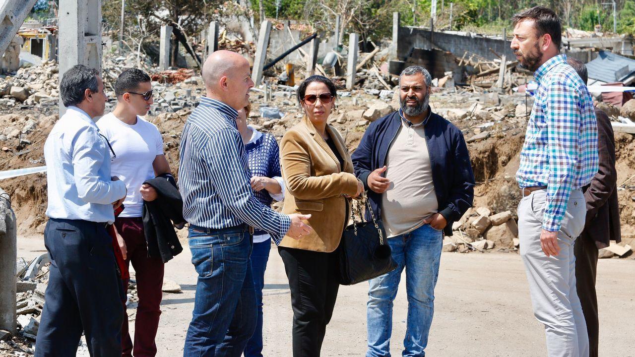 .La cónsul de Marruecos en Bilbao, durante su visita a la zona cero, en el parroquia de Paramos (Tui)