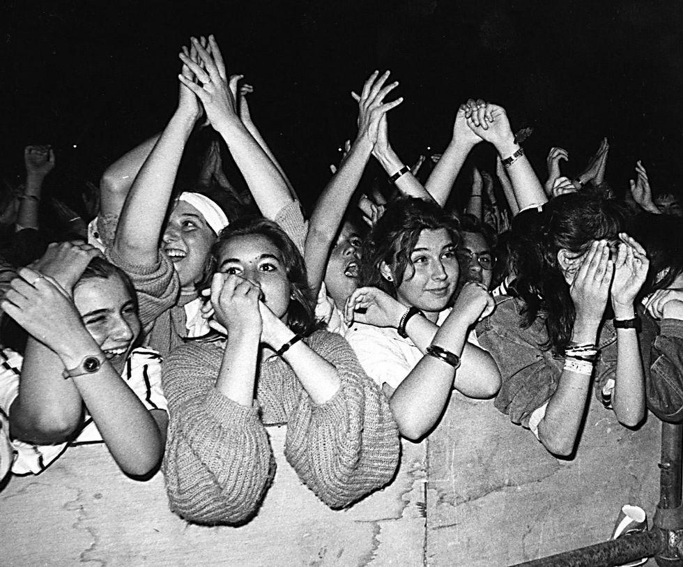 Fans adolescentes en un concierto de Hombres G en 1987.