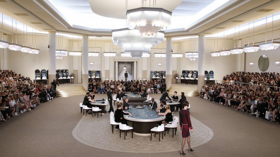 Parejas «de película» en la vida real.El «Grand Palais» de París convertido en un gran casino para inspirar la nueva colección de Chanel