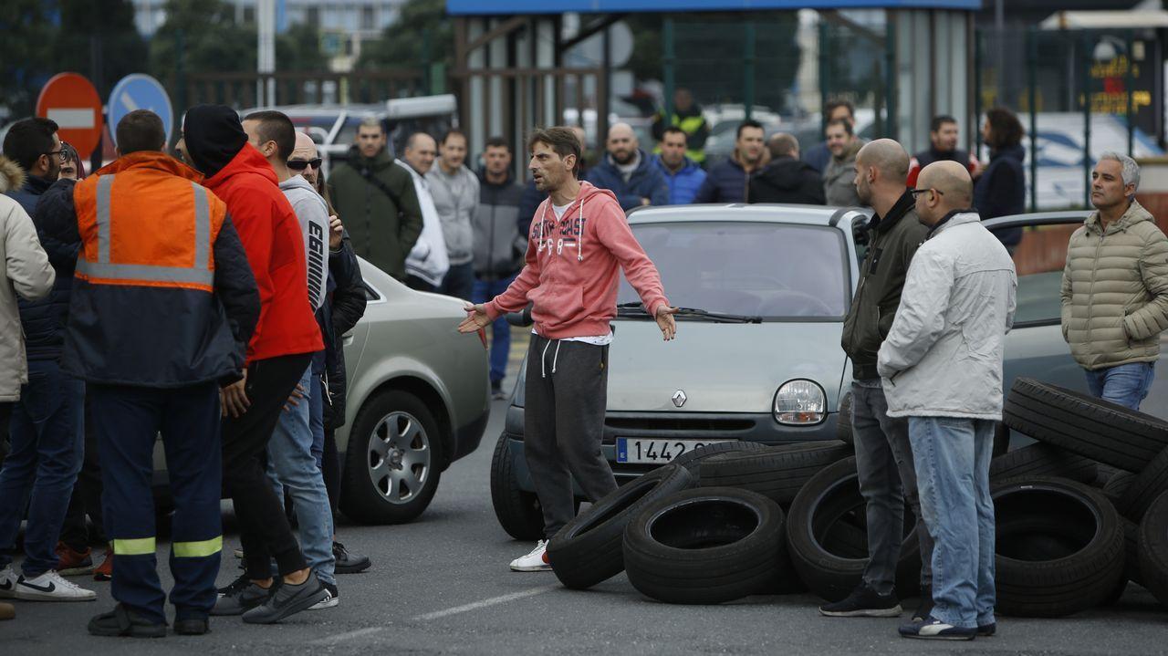 Protestas en Alcoa: el cielo de A Coruña se tiñe de negro en pleno día.PROTESSTAS DE LOS TRABAJADORES DE ALCOA POR EL CIERRE DE LA FÁBRICA