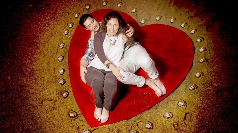 Una pareja celebrando San Valentín en una playa de Carballo