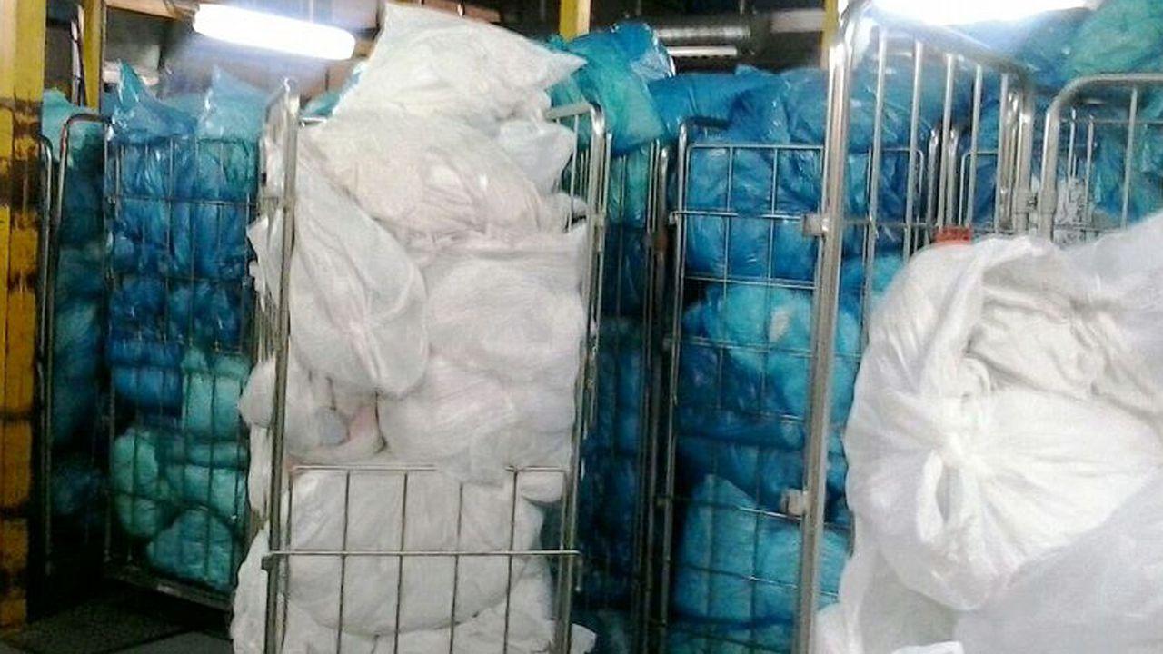 Ropa amontonada en una lavandería de hospital