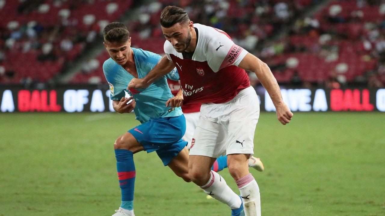 Andone marca saliendo desde su propio campo.Lucas Pérez presentado con el West Ham