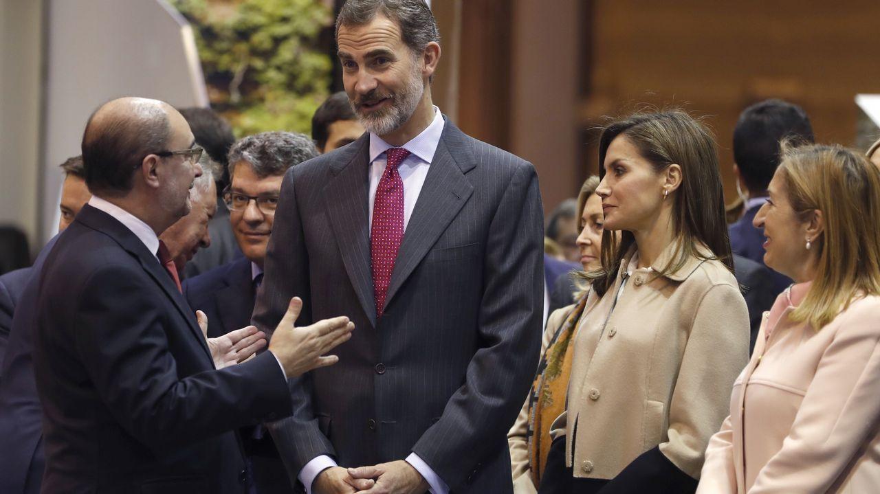 .Los reyes charlan con Javier Lambán, presidente de Aragón, durante su paseo por Fitur.
