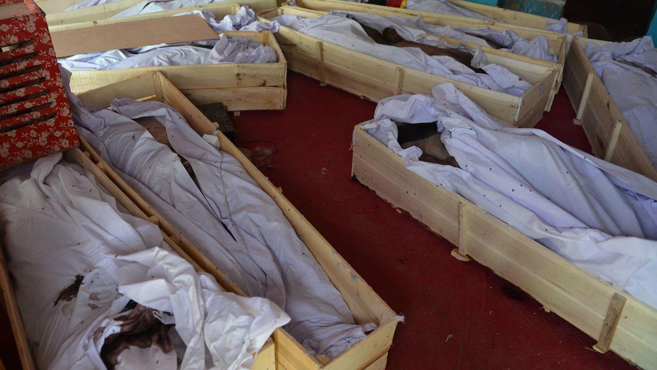 Varios cádaveres reposan en un hospital tras ser víctimas de los enfrentamientos entre talibanes y las fuerzas de seguridad afganas en Ghazni (Afganistán) el pasado 12 de agosto de 2018. El Gobierno afgano confirmó la muerte de 325 personas, entre ellas 195 insurgentes, un centenar de miembros de las fuerzas de seguridad y 30 civiles, durante los cuatro días de combates en el marco de la ofensiva lanzada por los talibán para hacerse con el control de la ciudad de Ghazni, en el este del país