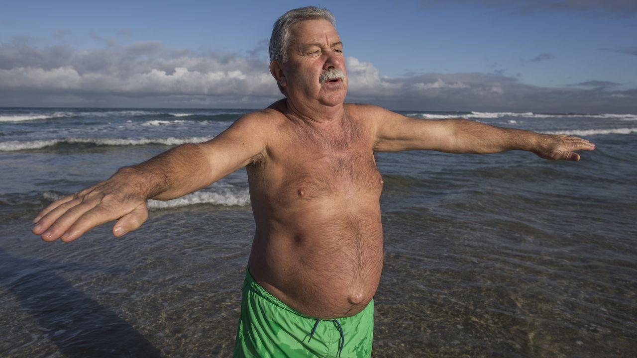 67 años y no perdona su baño diario en Razo