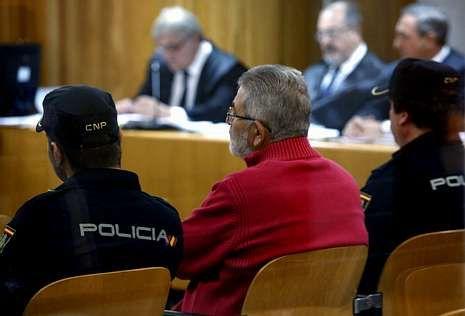 El comando del que formaban parte realizó cuatro atentados.Laureano Oubiña, ayer entre dos policías en el banquillo de la Audiencia Nacional.