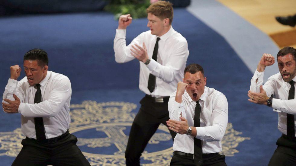 .Israel Dagg (2d), Jordie Barrett (2i), Keven Mealamu (i), y Conrad Smith (d), jugadores de los All Blacks, la selección masculina de rugby de Nueva Zelanda, Premio Princesa de Asturias 2017 de los Deportes, realizan la  haka , durante la ceremonia de entrega de los galardones