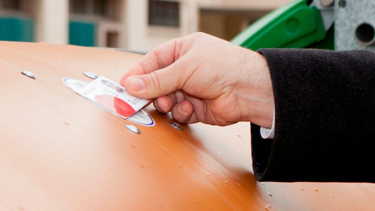 Uso de la tarjeta ciudadanaen un contenedor marrón en Gijón.Los contenedores marrones se abren utilizando la tarjeta ciudadana