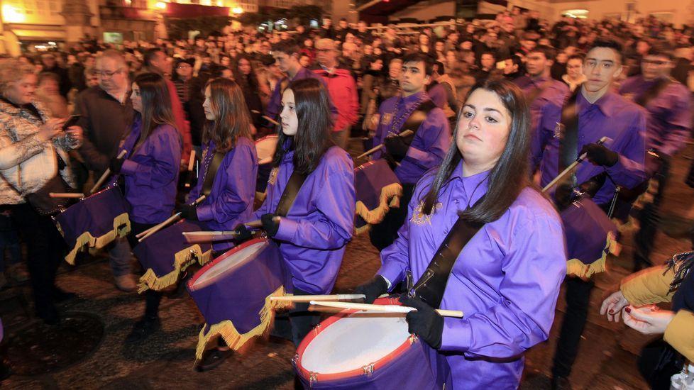 Búscate en la tamborrada de Viveiro.La procesión de Jesús Amigo de los Niños salió de las Angustias.