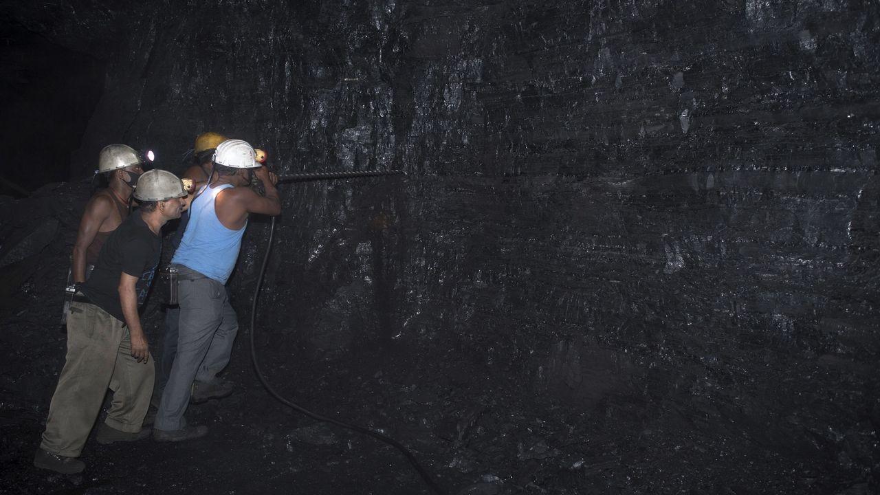 .Un grupo de obreros indios trabajan en una mina de carbón en Bhurkunda