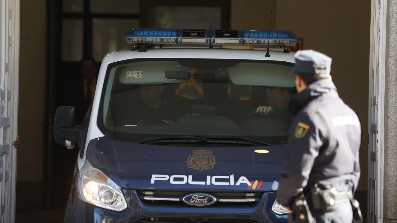 Representantes de ERC y PDeCAT entonan la ?Grândola Vila Morena? tras la intervención de Rebelo de Sousa.Un furgón policial a su llegada al Tribunal Supremo