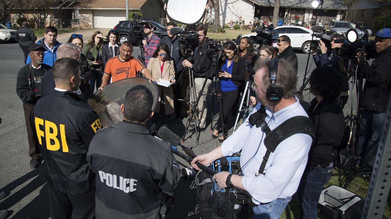 Agentes de policía y reporteros, en el vecindiario donde se produjo la tercera explosición, en Austin