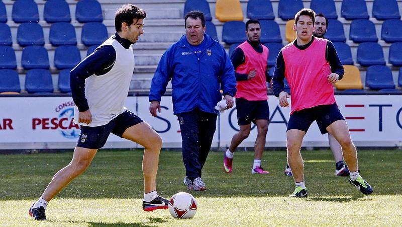 Santi Domínguez, autor del primer tanto granate, llevándose ayer un balón ante dos contrarios en O Poboado.