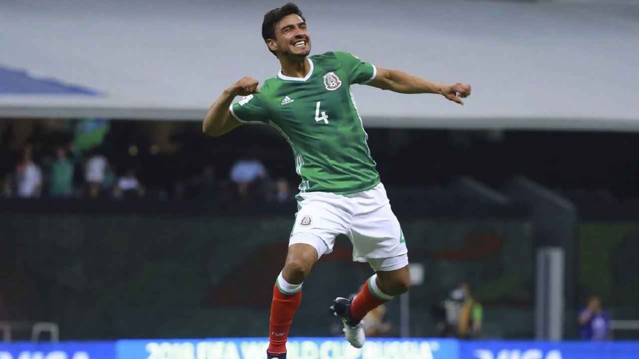 Oswaldo Alanís celebra un gol con México