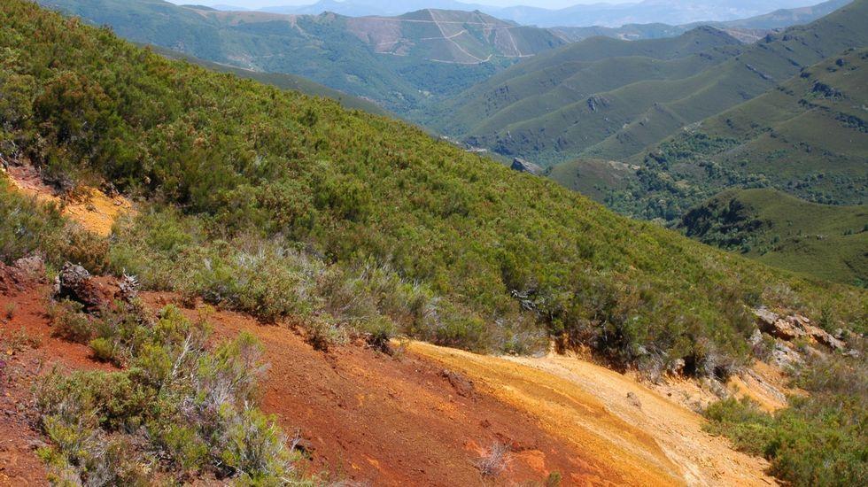 El mineral de hierro colorea el suelo en la antigua mina a cielo abierto del monte Formigueiros, en la sierra de O Courel