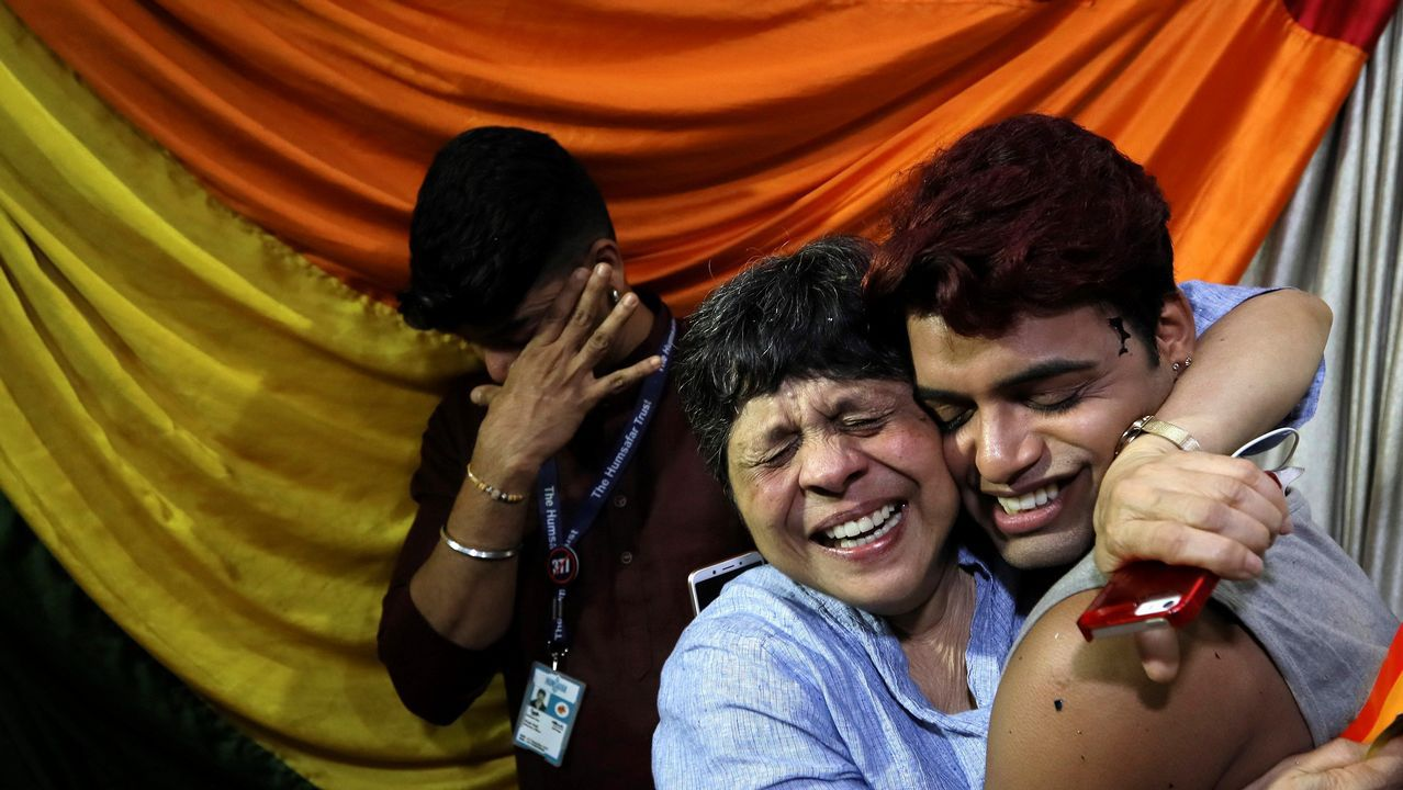 .Miembros de la comunidad LGTB india celebran el fallo del Tribunal Supremo de la India sobre las relaciones homosexuales, en Bombay