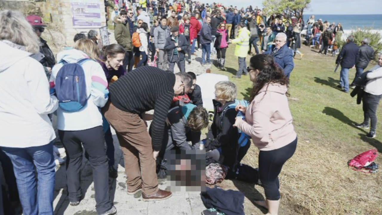 Fallece una mujer tras caerle una piedra de una de las cuevas de la playa de As Catedrais