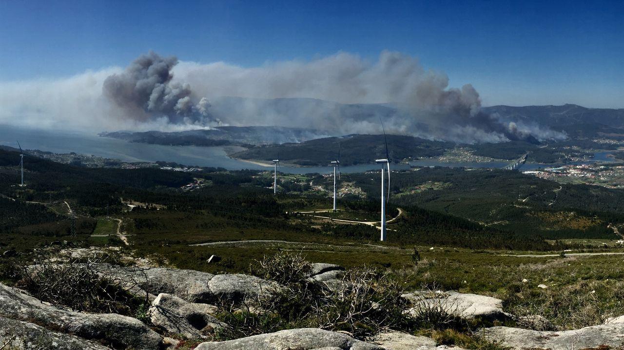 Vista del incendio de Dodro y Rianxo desde el monte Xiabre, en Vilagarcía