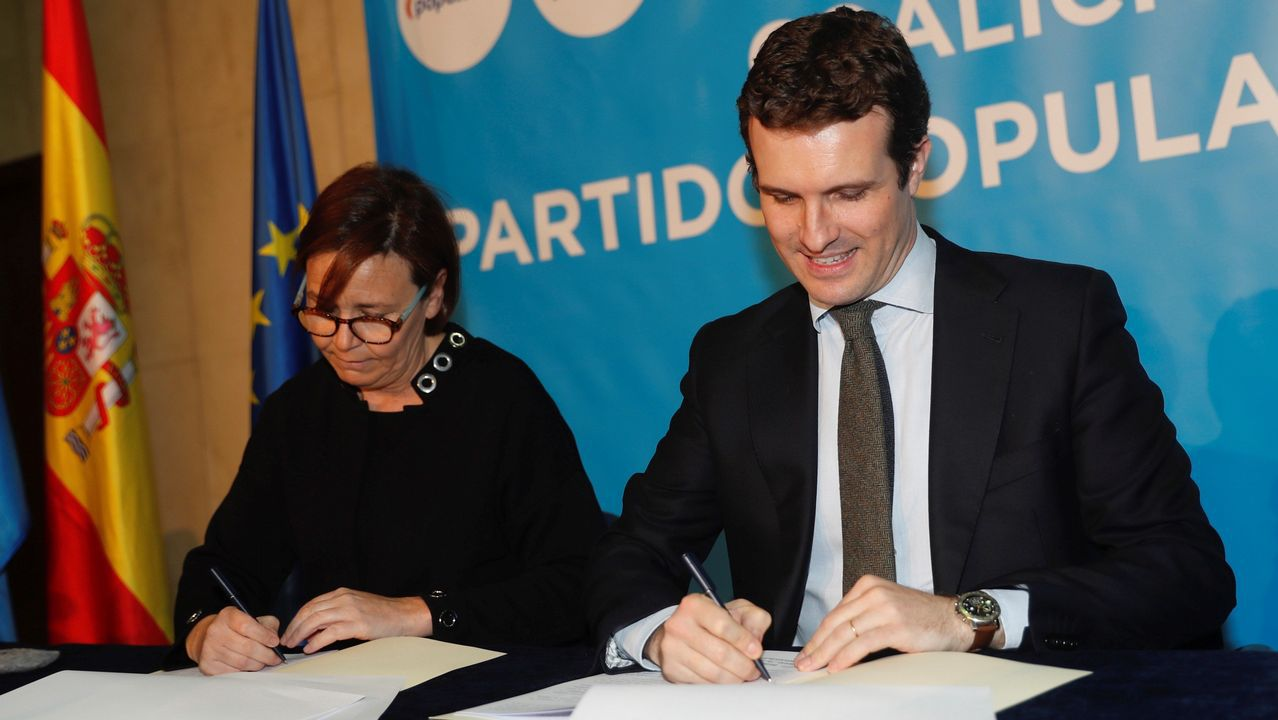El presidente del PP, Pablo Casado, y la presidenta de Foro, Carmen Moriyón, durante la firma del acuerdo de coalición electoral con Foro Asturias