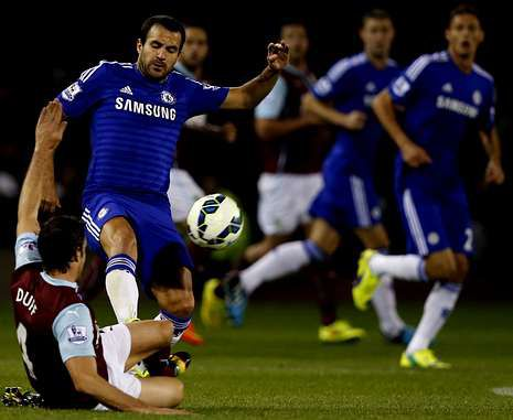 Cesc intenta salvar la entrada de un rival durante el encuentro frente al Burnley.