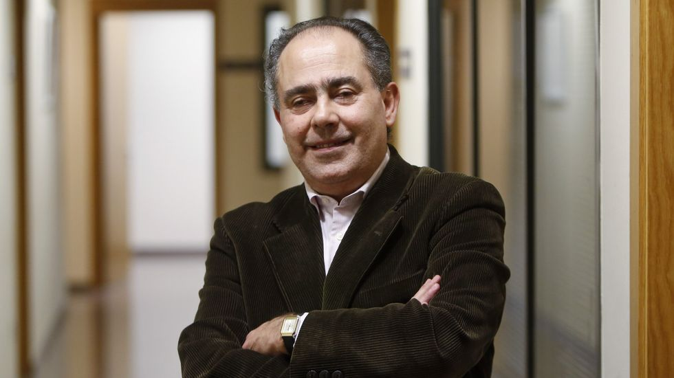 Aprender a comer sin ver.José Manuel Magariños, en su puesto de Montecelo, donde además de vender ejerce de auténtico servicio de información.