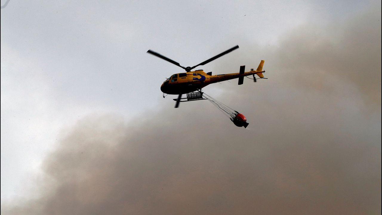 Un helicóptero trata de sofocar un incendio en las proximidades de Naves (Llanes)