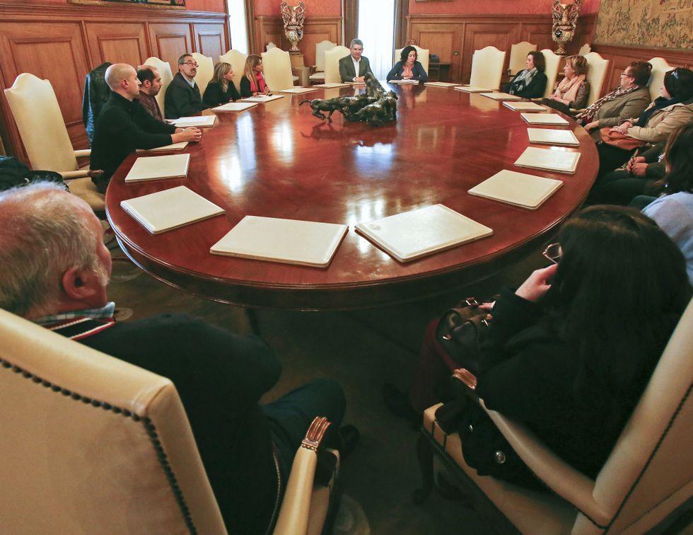 Representantes de la Diputación, ayer, con la plantilla.