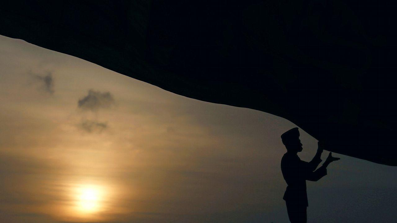.Un oficial coloca la bandera de Sri Lanka