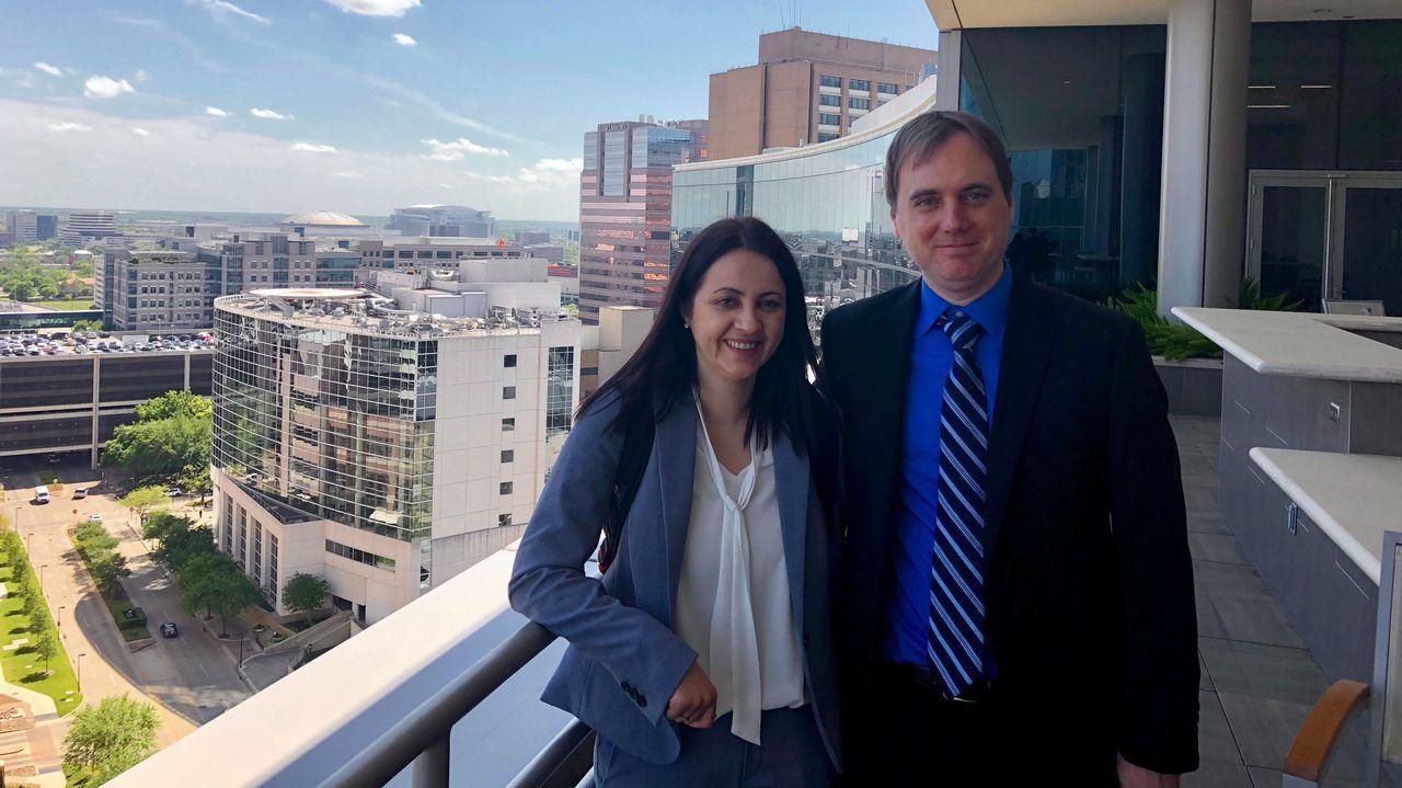 Unidos por la ciencia y el amor. La neurocientífica Sonia Villapol, con su marido Todd Treangen