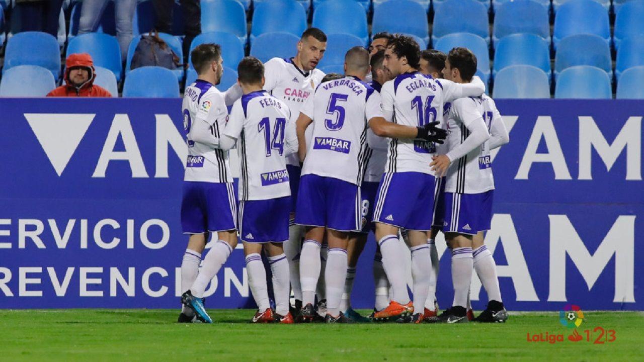 Toche y Aaron celebran un gol del Real Oviedo.Los jugadores del Zaragoza celebran un gol ante el Lugo